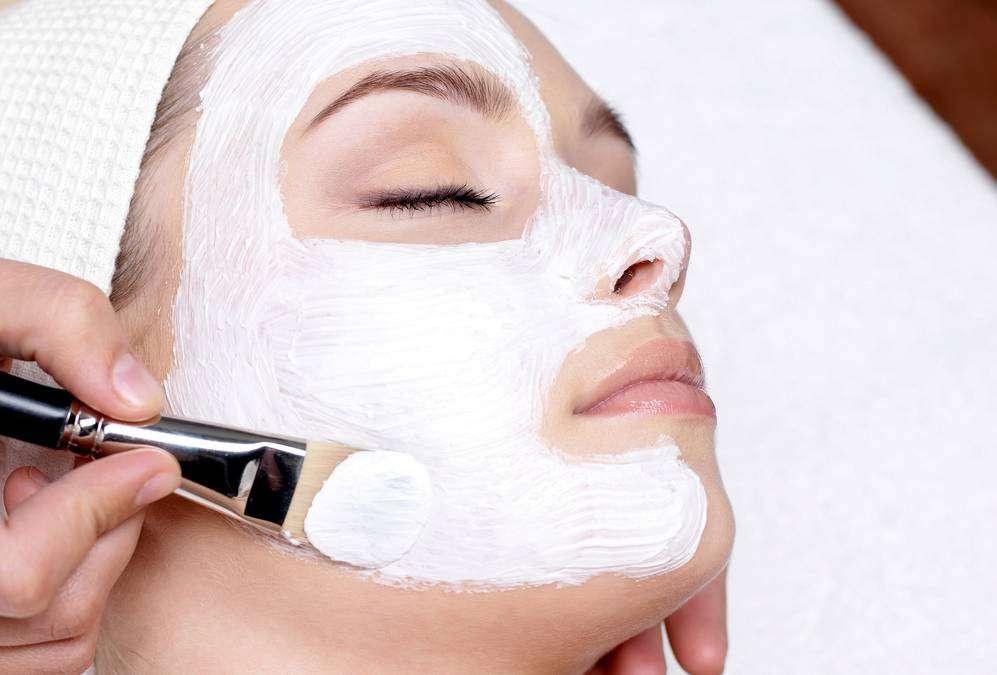 Maschera viso con melagrana e argilla